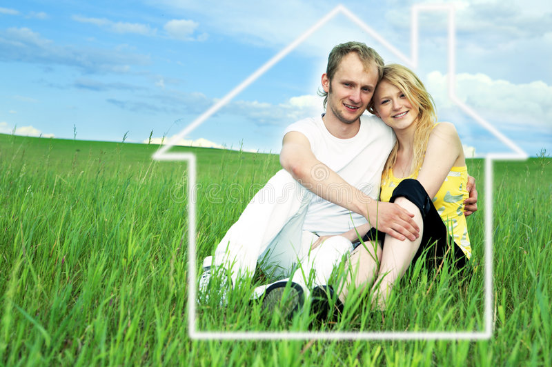 Homme et femme dans le domaine vert photo stock