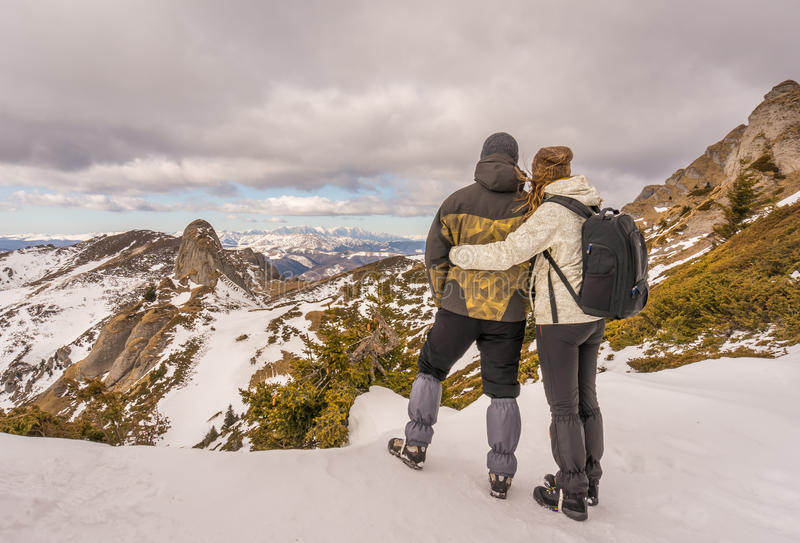 Homme et femme dans les montagnes image stock