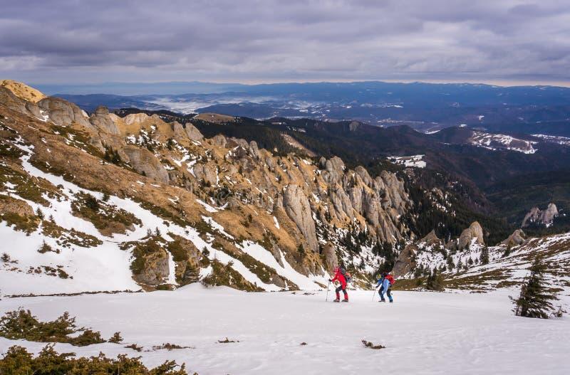 Homme et femme dans les montagnes images libres de droits