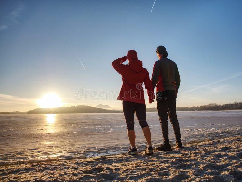 Homme et femme de couples de Fitnes Paysage d'hiver avec le soleil photos libres de droits