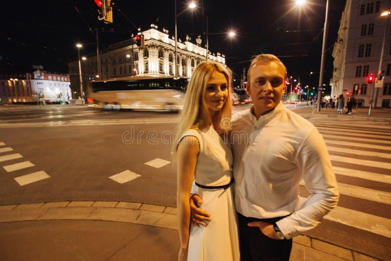 Homme et femme de Yound de plain-pied dans la ville la nuit Soirée Wiena Bâtiment avec des lumières photo stock