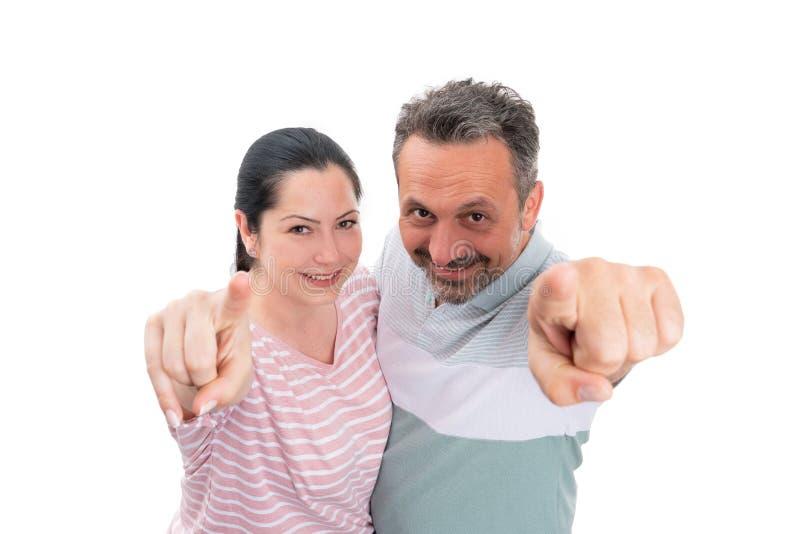 Homme et femme dirigeant des index à la caméra images stock