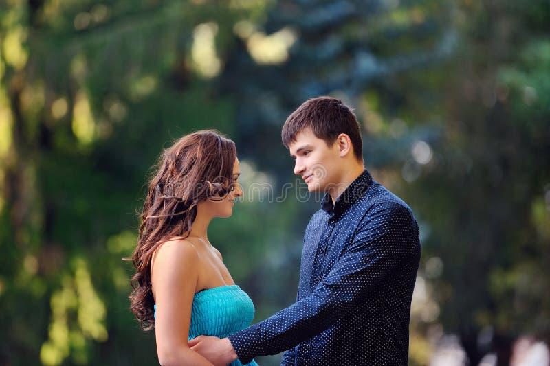 Download Homme et femme en parc image stock. Image du affectueux - 45359711