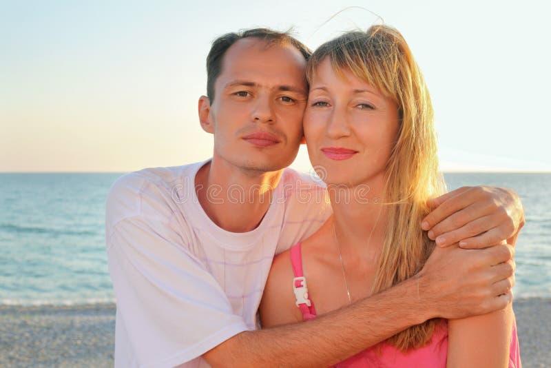 Homme et femme enamourés photographie stock