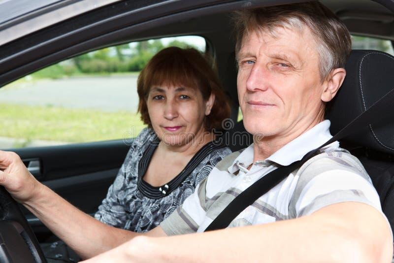 Homme et femme mûrs dans le véhicule image stock