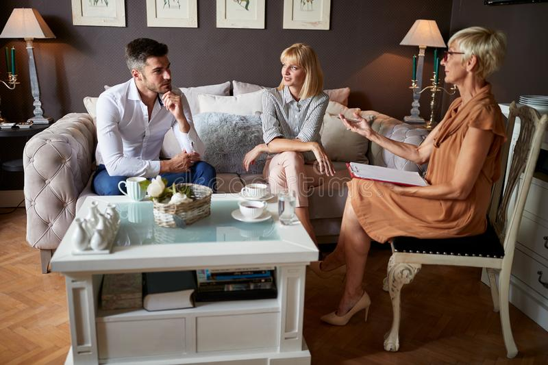 Homme et femme parlant avec le psychologue image stock