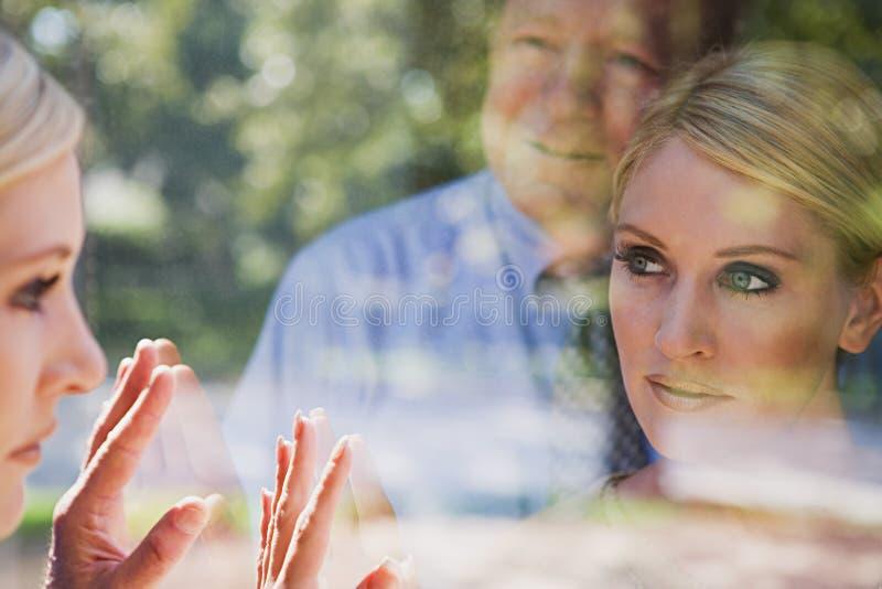 Homme et femme regardant des réflexions photos stock