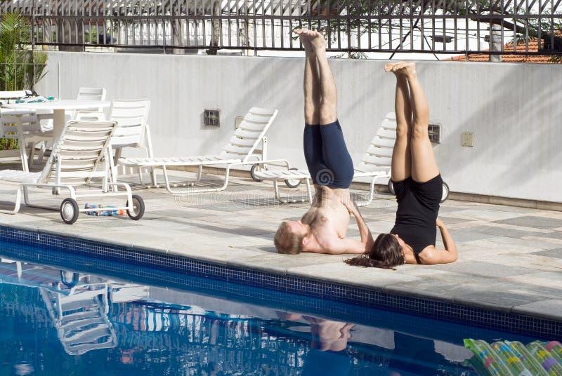 Homme et femme s'exerçant à un regroupement - horizontal photographie stock