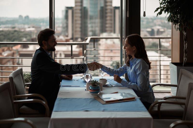 Homme et femme se serrant la main pour avoir l'affaire d'affaires photos libres de droits