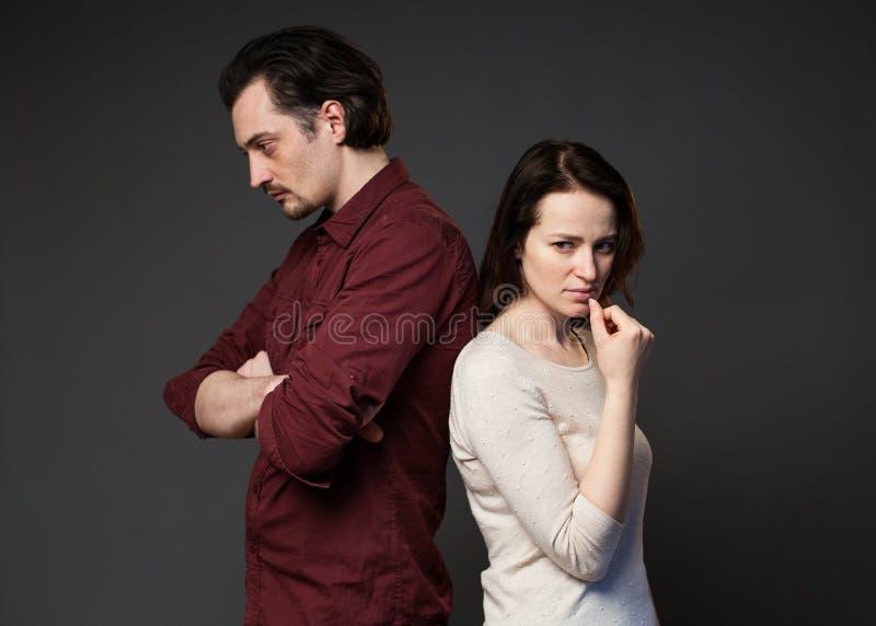 Homme et femme se tenant de nouveau à l'un l'autre image stock