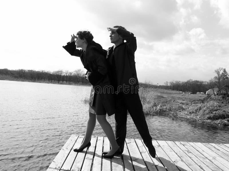 Homme et femme semblant futurs images stock
