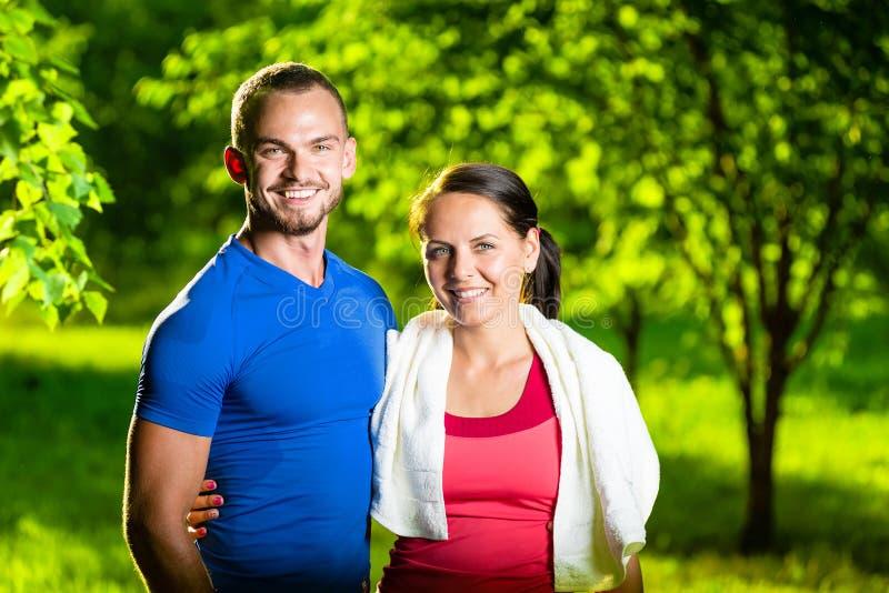 Homme et femme sportifs après exercice de forme physique photos stock