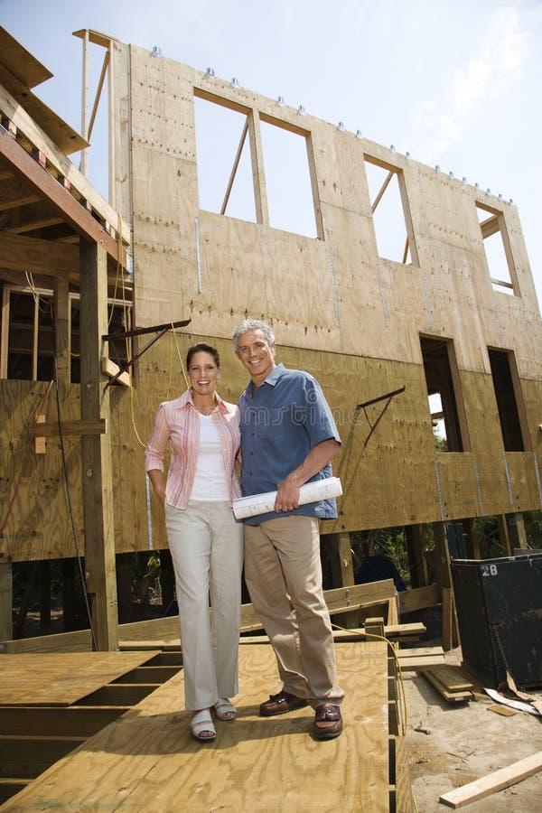 Homme et femme sur le chantier de construction. photo stock