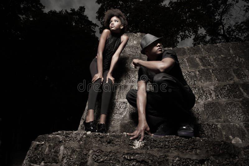 Homme et femme sur un mur en pierre photo libre de droits