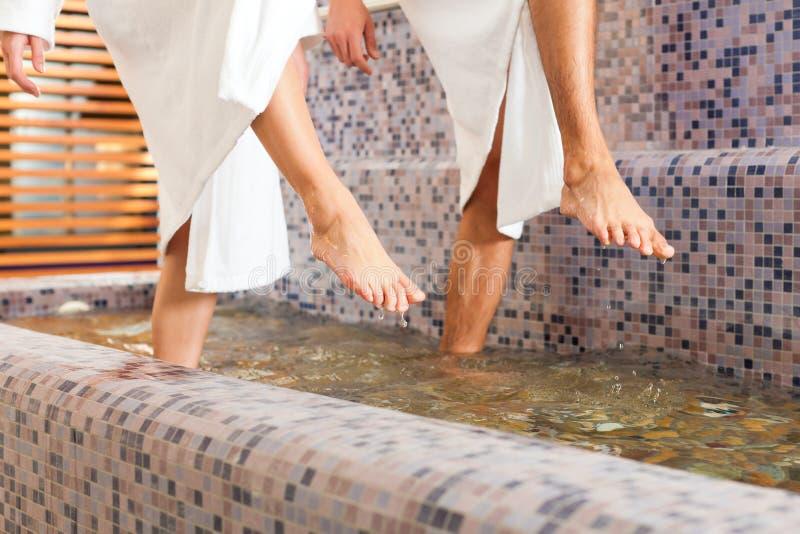 Homme et femme tandis que marcher de l'eau de santé photographie stock