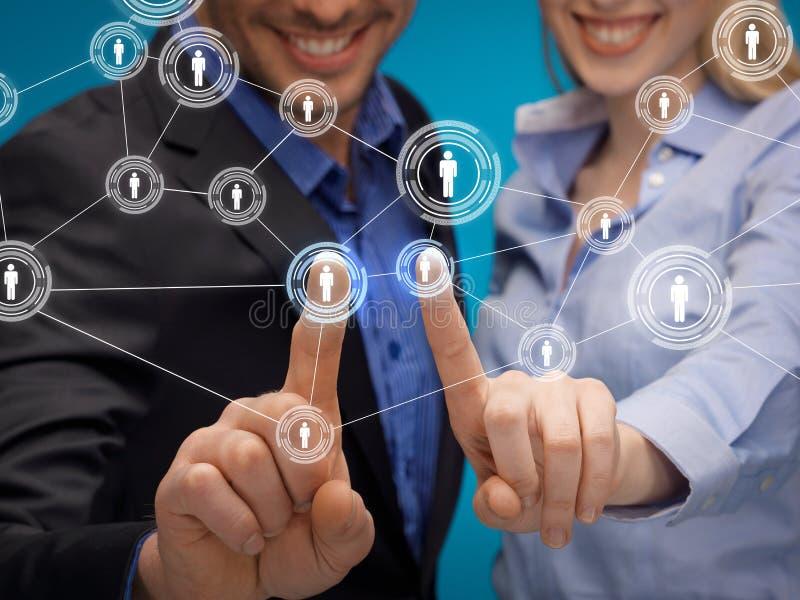 Homme et femme travaillant avec l'écran virtuel images stock