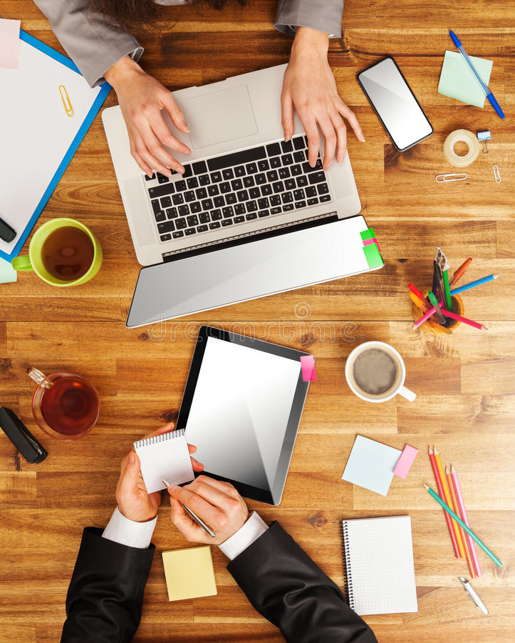 Homme et femme travaillant sur des ordinateurs portables photo stock