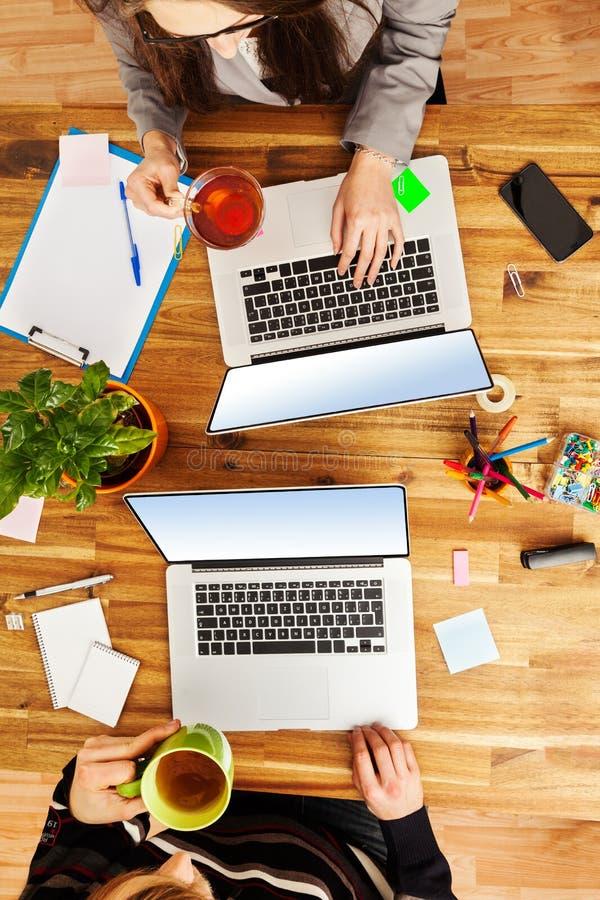 Homme et femme travaillant sur des ordinateurs portables photo libre de droits