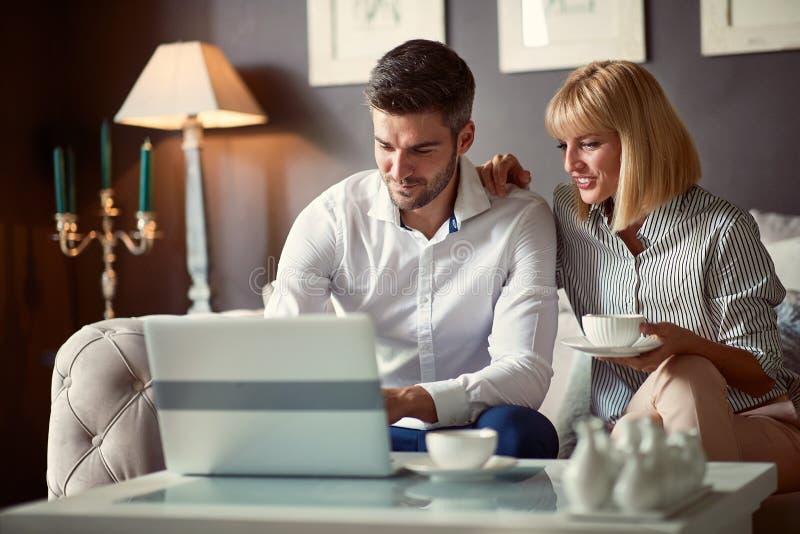 Homme et femme travaillant sur l'ordinateur portable images libres de droits