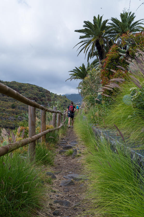 Homme et femme trimardant sur la La Palma, Îles Canaries, Espagne photo stock