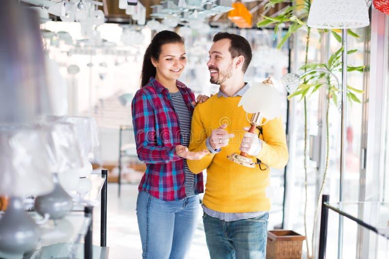Homme et fille dans une boutique plus légère photo libre de droits