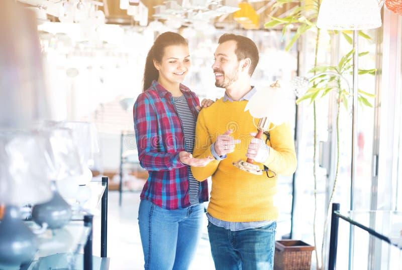 Homme et fille dans une boutique plus légère photos libres de droits