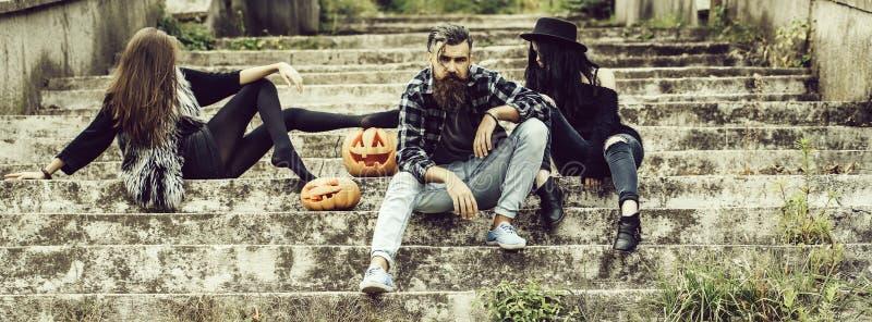 Homme et filles de Halloween avec le potiron photo libre de droits