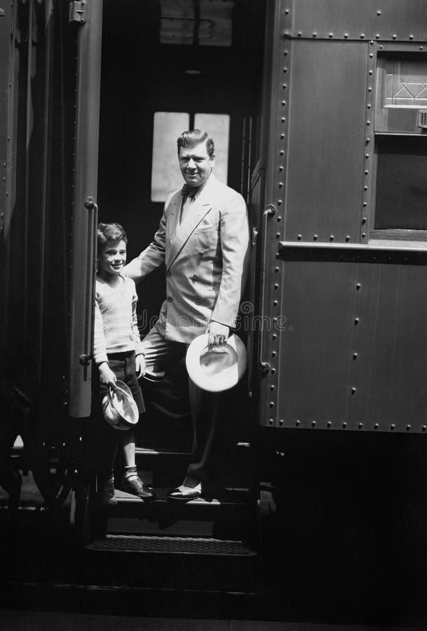 Homme et fils sur le train (toutes les personnes représentées ne sont pas plus long vivantes et aucun domaine n'existe Garanties  photos libres de droits