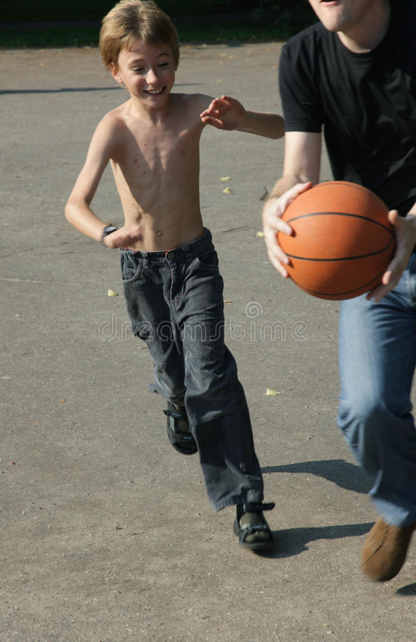 Homme et garçon jouant au basket-ball photographie stock