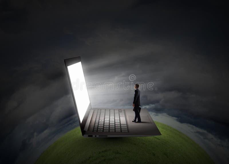 Homme et grand ordinateur portable photos libres de droits