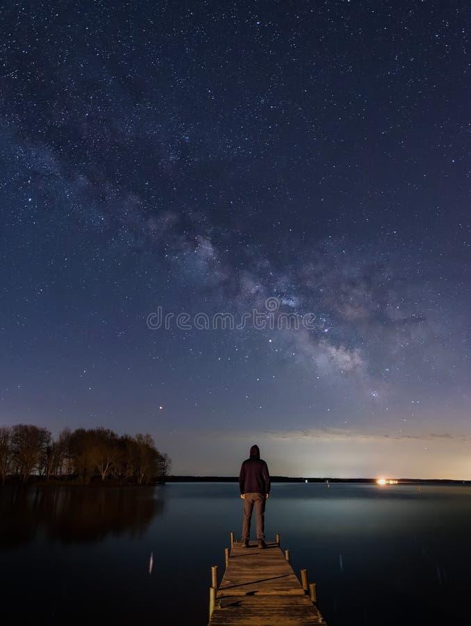 Homme et les étoiles en Ohio du Mid-West au lac images libres de droits