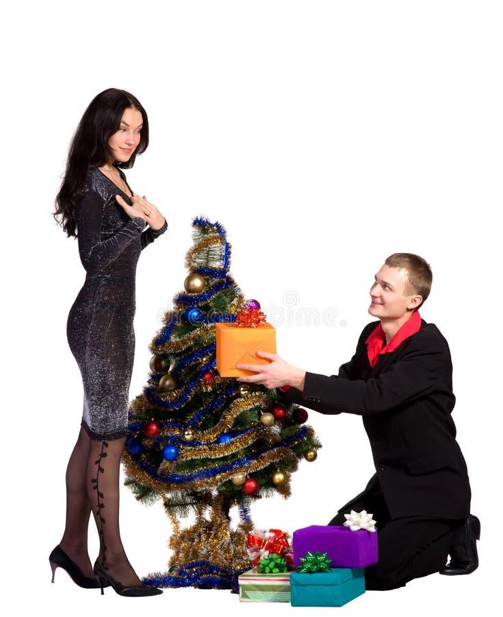 Homme et les cadeaux d'échange de fille photo stock