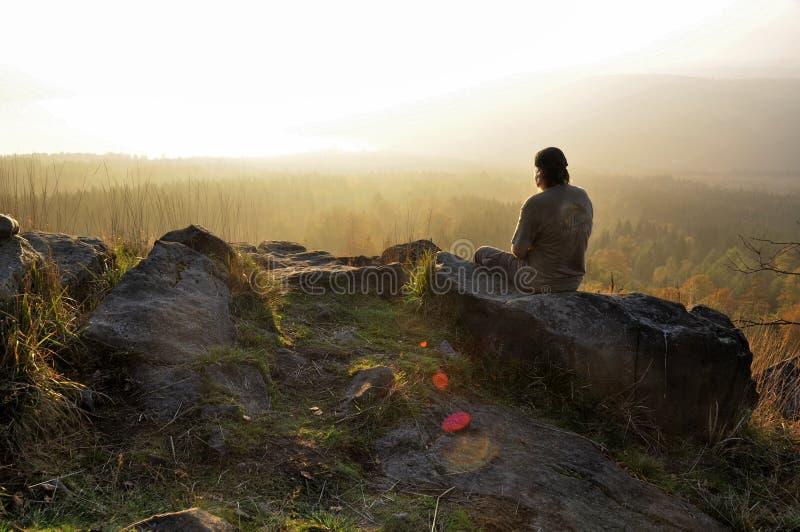 Homme et lever de soleil photographie stock libre de droits