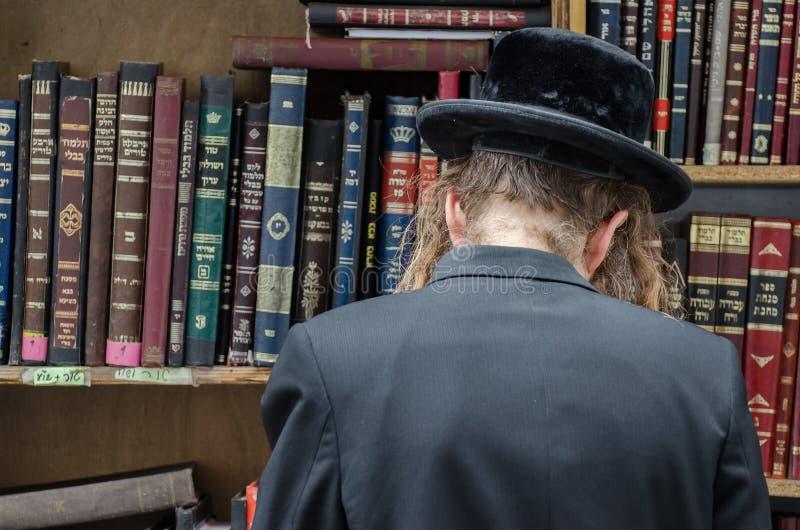 Homme et livres sacrés juifs orthodoxes image stock