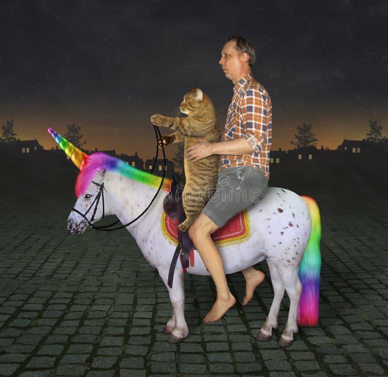 Homme et son chat sur la licorne 3 photo libre de droits