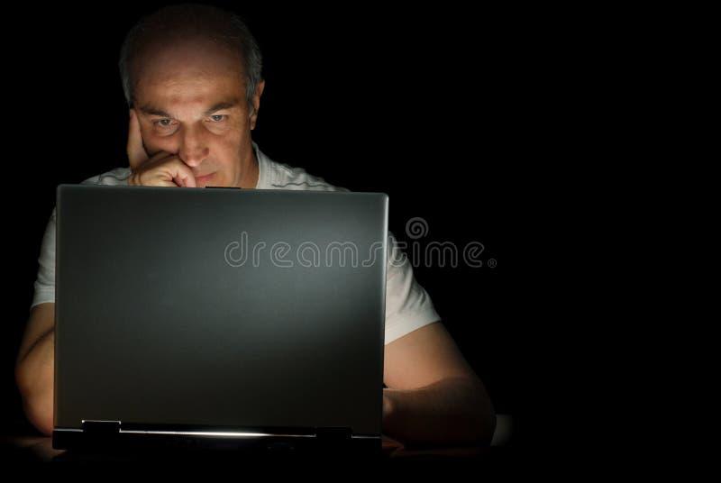 Homme et son ordinateur portatif photo stock