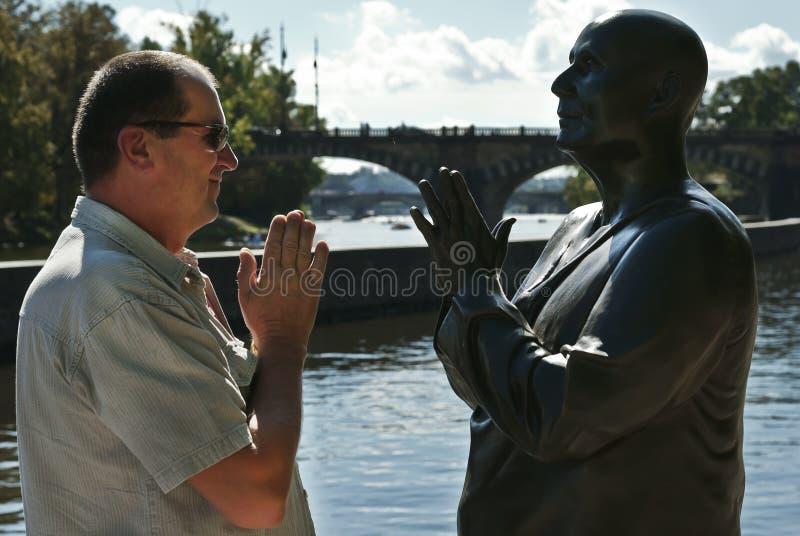 Homme et statue image libre de droits