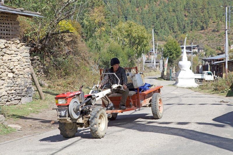 Homme et tracteur bhoutanais, village de Chhume, Bhutan photos libres de droits