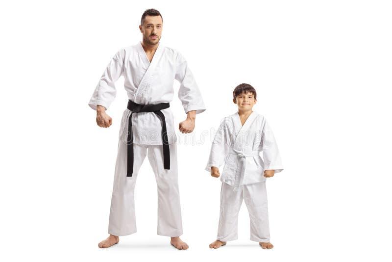 Homme et un garçon dans des kimonos de karaté photo stock