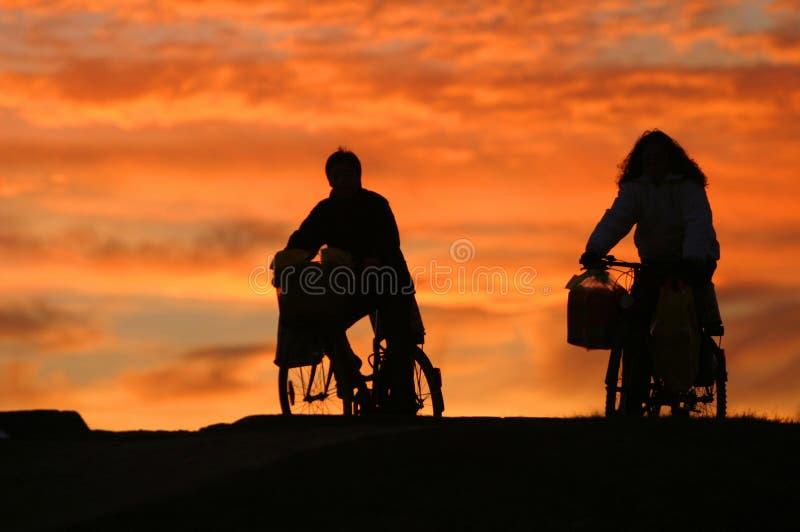 Homme et une femme sur des vélos photographie stock libre de droits