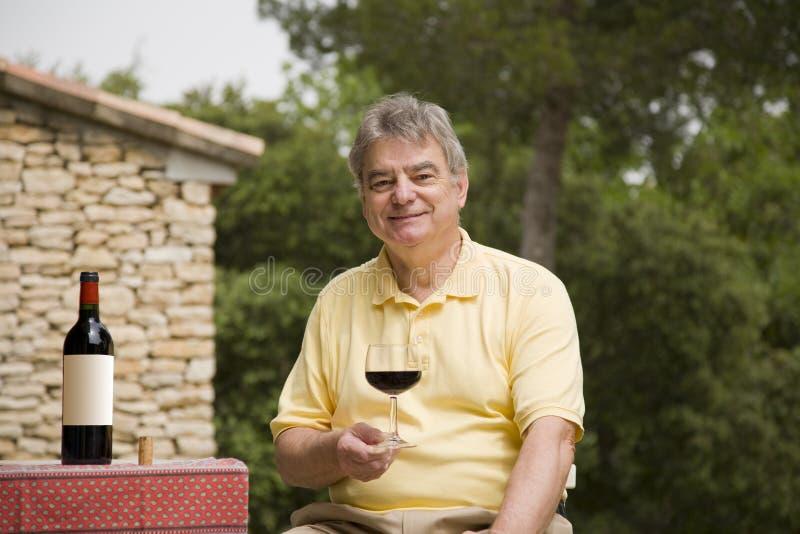 Homme et vin mûrs photos libres de droits