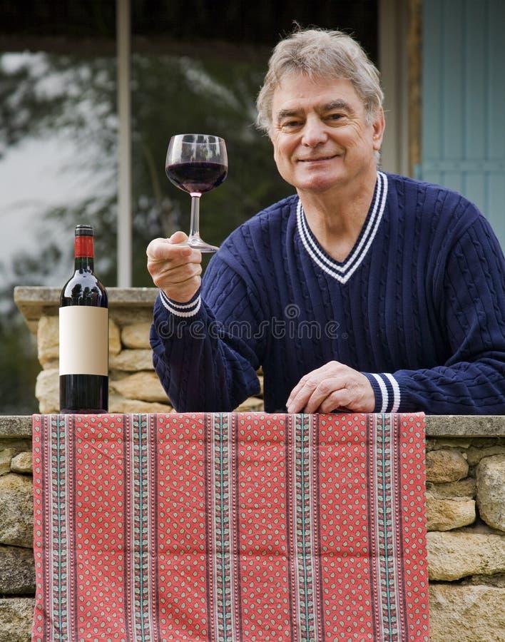 Homme et vin mûrs image libre de droits