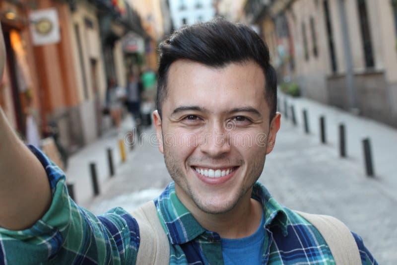 Homme ethnique prenant un extérieur de selfie images stock