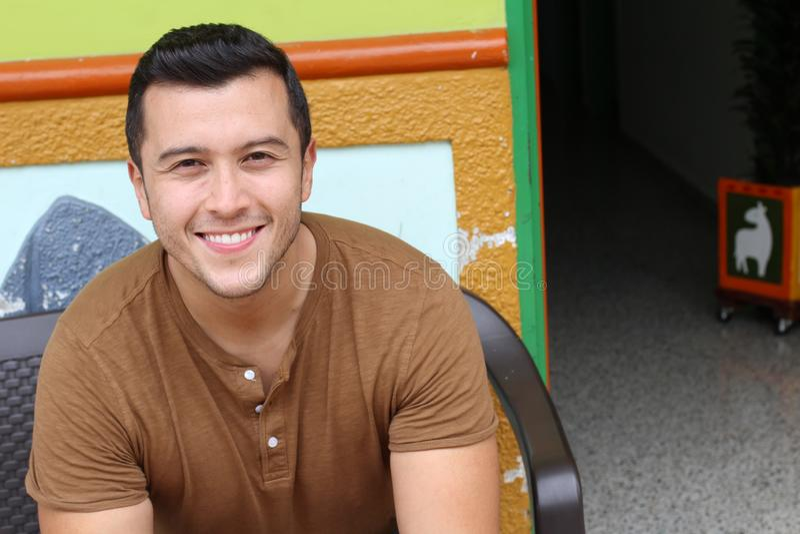 Homme ethnique souriant à la maison entrée images libres de droits