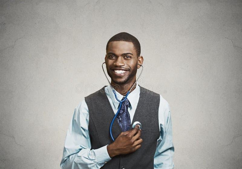 Homme exécutif écoutant son coeur, concept de critique d'individu photo stock