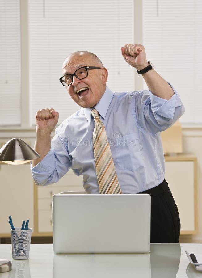 homme excited d'ordinateur portatif photographie stock libre de droits