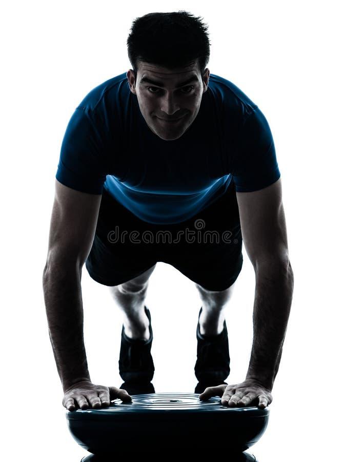 Homme exerçant la posture de forme physique de séance d'entraînement de pousées de bosu images stock
