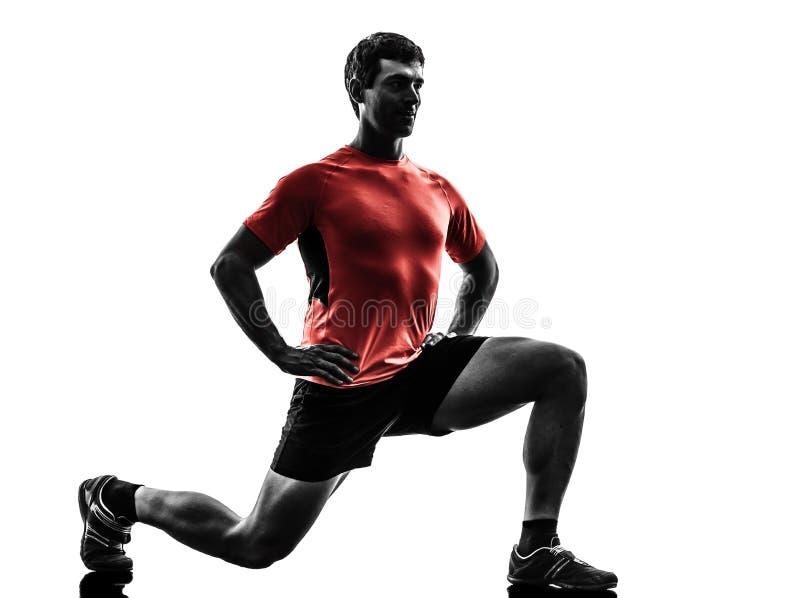 Homme exerçant la silhouette de acroupissement de mouvements brusques de séance d'entraînement de forme physique images libres de droits