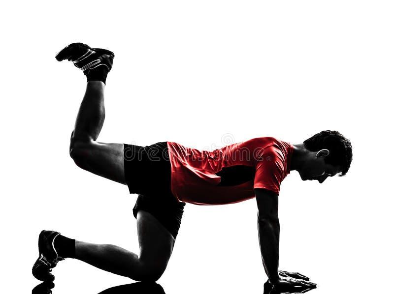 Homme exerçant la silhouette de position de planche de séance d'entraînement de forme physique photographie stock