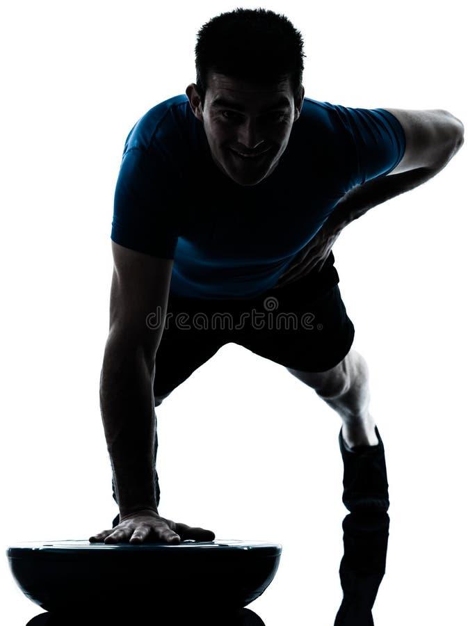 Homme exerçant le maintien de forme physique de pousées de bosu images libres de droits